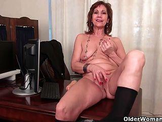 Büro Oma in Strumpfhosen arbeitet ihre alte Pussy