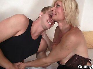 schöne alte Blondine nimmt es von hinten