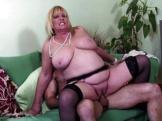 big boobed reifen sexy Mutter von jungen Liebhaber gefickt