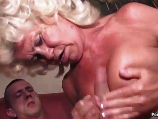Oma schreit, während hart gefickt