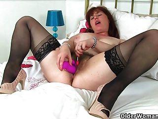 british mum janey fickt ihre haarige Muschi mit einem Lutscher