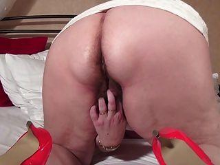 große alte Oma mit behaarten Vagina