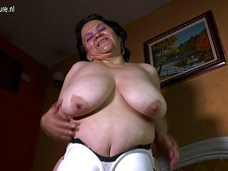 Latin Oma mit großen schlaffe Titten macht Home-Video-