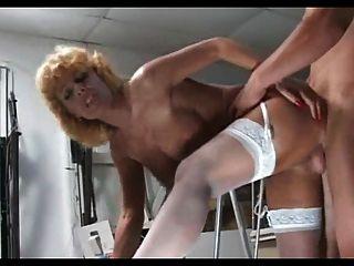 blonde reife Milf in weißen Strümpfen fickt jüngeren Mann