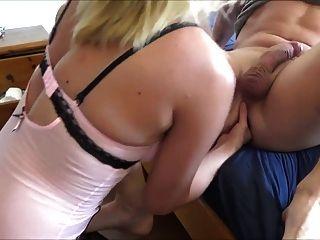 Frau gefistet ihrem Mann