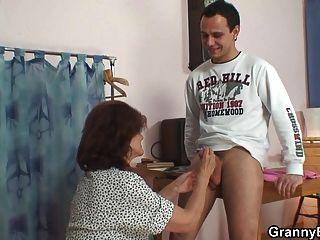 er knallt Nähen 70 Jahre alte Oma