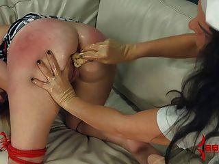 Amateur bekommt fisted, gepaddelt, und isst Banane aus ihrem Arsch