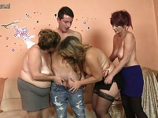 Lucky Boy fickt 3 reife Mütter