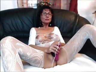 sexy Brünette MILF in Körper Strumpf spielt mit sich selbst