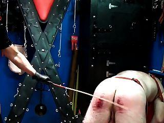 extreme Züchtigung 220 Hübe von brutalen Herrin in Uniform