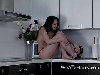 Rose Streifen nackt und setzt auf Gegen Küche zeigen