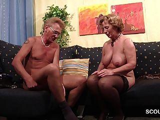 Oma in Strümpfe hart von Opa mit Gesichts gefickt