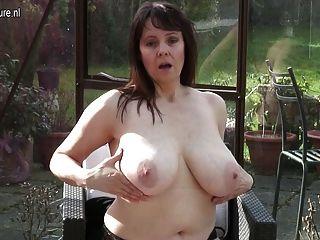 Amateur Oma mit großen Titten und hungrig Fotze