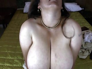 reife lateinische Mutter mit natürlichen riesigen Titten