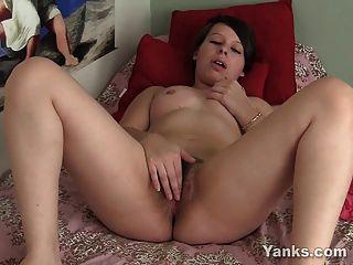 bbw Cutie clarrisa ihre haarige Muschi masturbiert