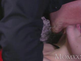 Mutter Brünette Hausfrau ist, bevor Orgasmen an das Bett gefesselt