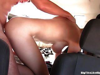 vollbusige Mädchen auf dem Rücksitz gefickt!