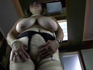 verworrene Oma mit sehr großen schlaffe Brüste