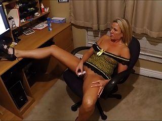 Frau Cums ihren Tribut beobachten