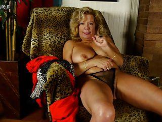 verworrene Oma mit großen Titten und haarige Muschi