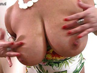 Mutter mit großen Brüsten und perfekten Körper
