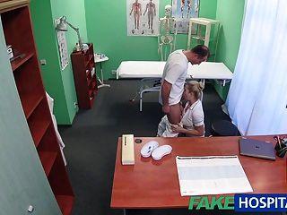 fakehospital sexy Krankenschwester wird von Arzt creampied