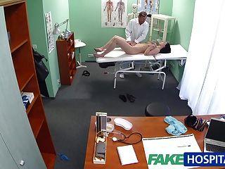 fakehospital Hot Babe will ihren Arzt ihre Titten zu saugen