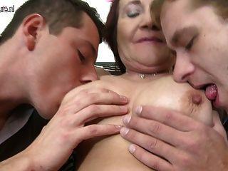 frechen reifen Mutter ficken zwei auf einmal Jungen