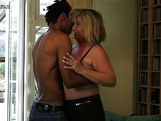 große Oma fickt schwarzen Jungen