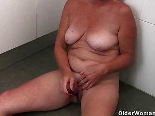 Oma nimmt eine Masturbation Pause