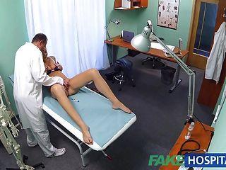 fakehospital geile Student bekommt einen guten Fick von Arzt