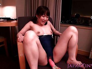 winzigen japanischen Babe in Turnanzug abspritzt, wenn Spielzeug gehänselt