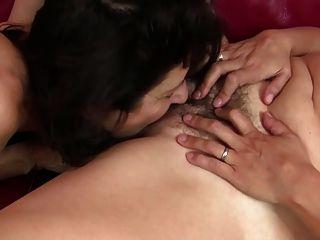 haarige reife Mutter von rasierten Mutter gefickt