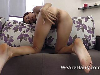 scarlett nika Streifen nackt und zeigt Körper auf der Couch