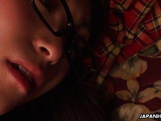 nerdy asiatische Teenager reibt unter der Decke ihre Fotze