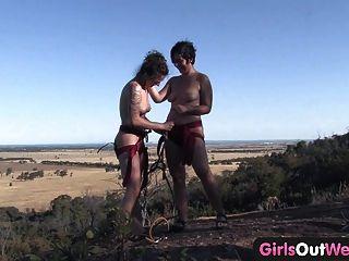 Mädchen aus Westen - haarige Lesbe Amateuren den Felsen klettern