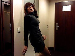 Tranny Wichsen im Büro Kleid
