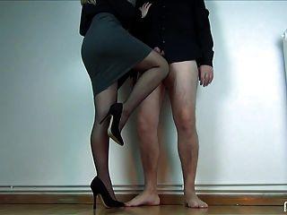 sur les genoux
