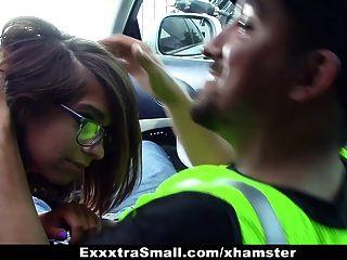 exxxtrasmall - small-Frame Babe fickt die Parkwächter