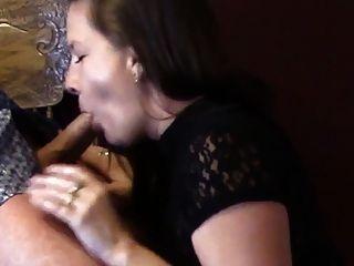ziemlich Amateur Schwanzlutscher mit ihrem Gesicht fangen cum