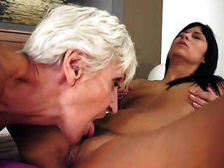Lesben Omas lecken junge russische Pussy