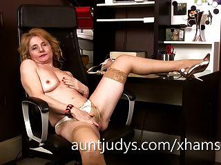 reifen isabella diana Finger im Büro ihre Muschi.