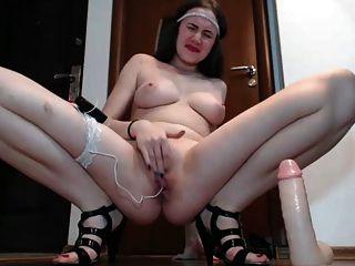 junge Frau neckt und Finger ihre Muschi, bis sie abspritzt