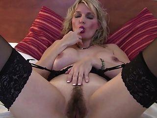süße, reife Mutter mit heißen Körper und buschigen Pussy