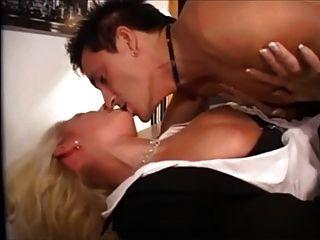 herrlich Deutsch Blondine in Strümpfen auf den Tisch genagelt
