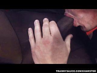 Transvestiten anda ihren Schwanz durch einen Zapfen gesaugt