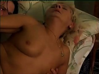 blonde Granny in weißen Strümpfen ruft über einen kleinen Jungen