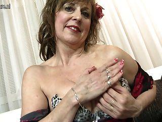 ungezogen reife Dame mit ihrem alten Vagina spielen