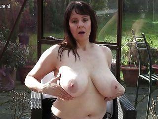 vollbusigen britische Hausfrau in ihrem masturbiert