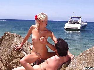 mia Magma verdammt mia auf einem paradiesischen Strand
